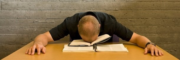 Мужчина спит за раскрытой книгой