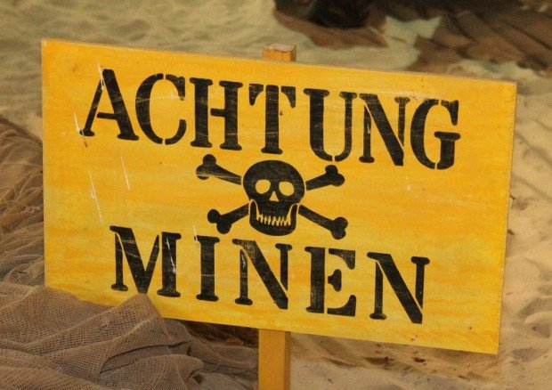 Табличка с надписью 'Осторожно, заминировано' на немецком языке