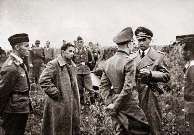 Яков Джугашвили (второй слева) в плену у фашистов