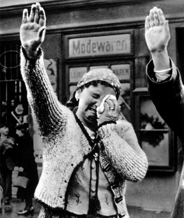 Женщина плачет, приветствуя нацистов