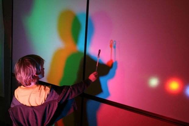 Цветные тени на стене