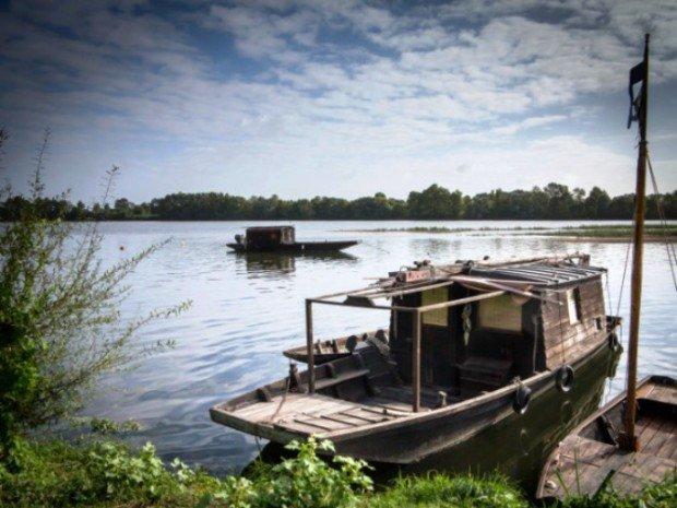 Деревянные лодки в реке