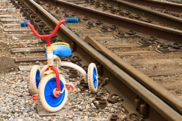 Детский велосипед возле рельсов