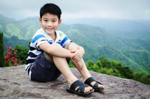 Китайский мальчик на фоне гор