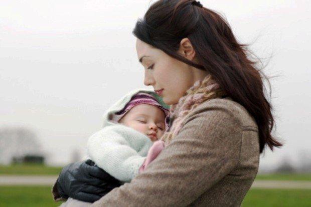 Мать держит маленького ребёнка на руках