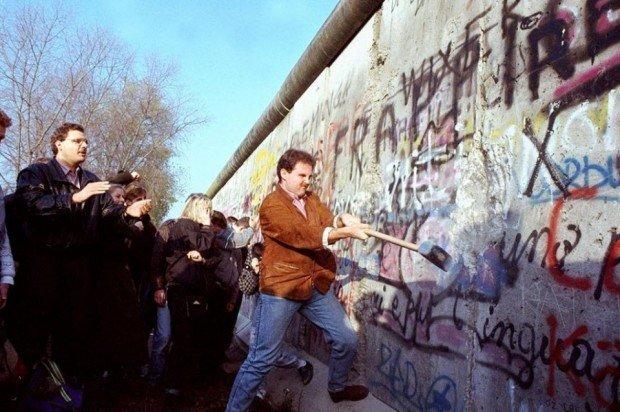 Немцы разрушают Берлинскую стену