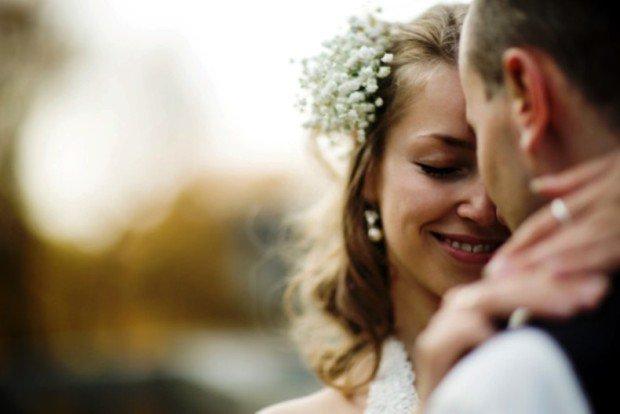 Объятия жениха и невесты