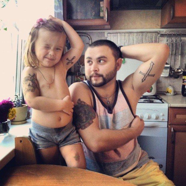 Отец и маленькая дочь с татуировками