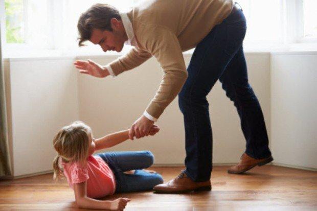 Отец замахивается на маленькую дочь