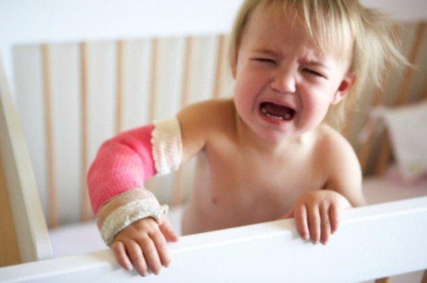 Плачущий ребёнок в детской кроватке
