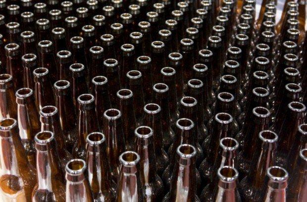 Стеклянные бутылки на конвейере