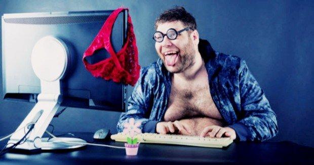 Толстый мужчина перед монитором, на котором висят женские трусики