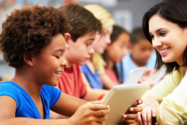 Ученики Школы будущего с планшетами