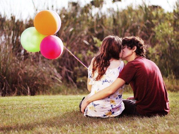 Влюблённые парень и девушка с воздушными шарами