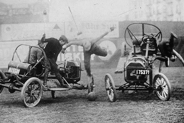 Игра в поло на старинных автомобилях