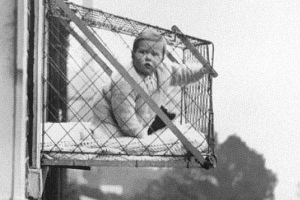 Ребёнок в клетке для солнечных ванн