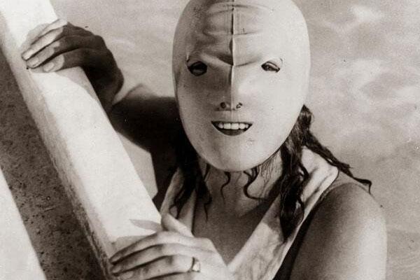 Женщина в старинной маске для плавания