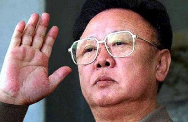 Ким Чен Ир машет рукой