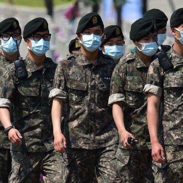 Южнокорейские военные в масках