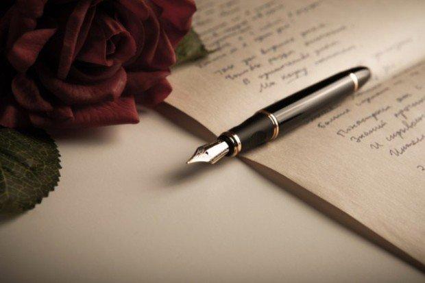 Рукописный текст, перьевая ручка и роза