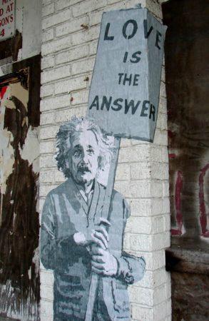 Плакат с Альбертом Эйнштейном на стене