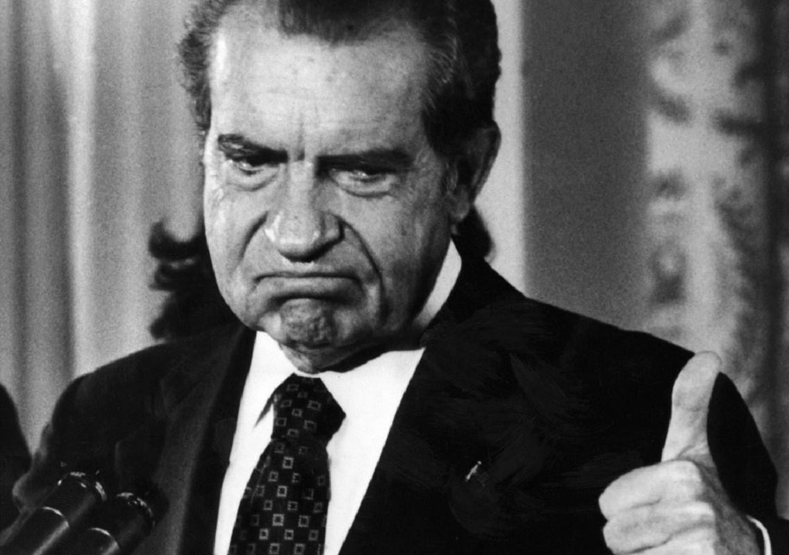 Никсон показывает палец вверх