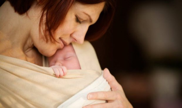Женщина с младенцем на руках