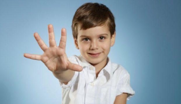 Мальчик показывает пять пальцев руки