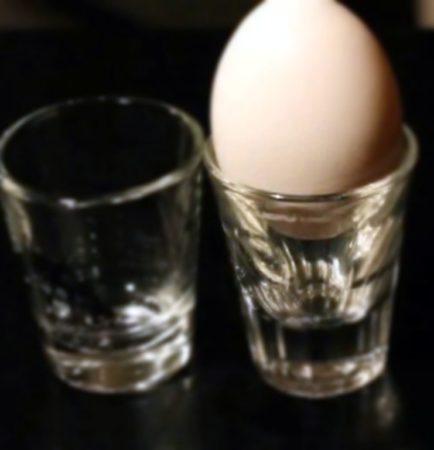 Яйцо и рюмки