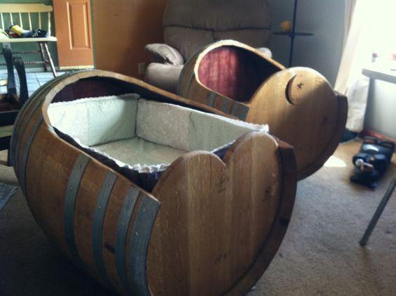 Детская кроватка из винной бочки