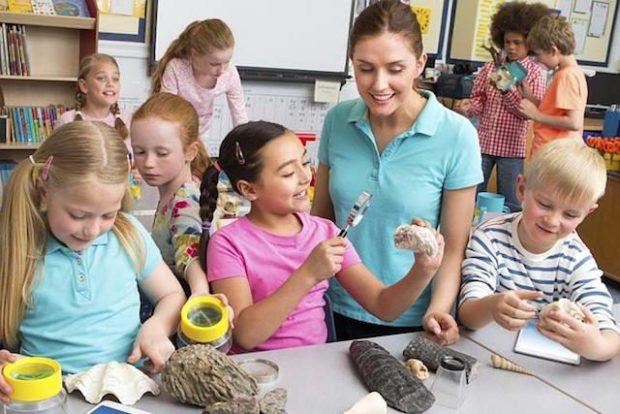 Учитель с детьми