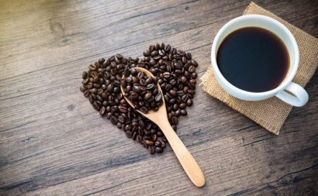 Кофейные зёрна и чашка кофе