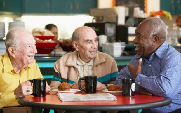 Пожилые люди пьют кофе