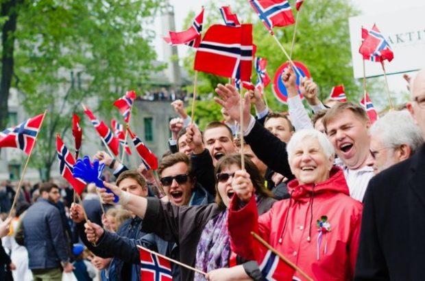 Толпа норвежцев
