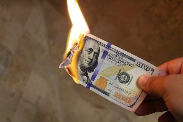В США незаконно поджигать купюры