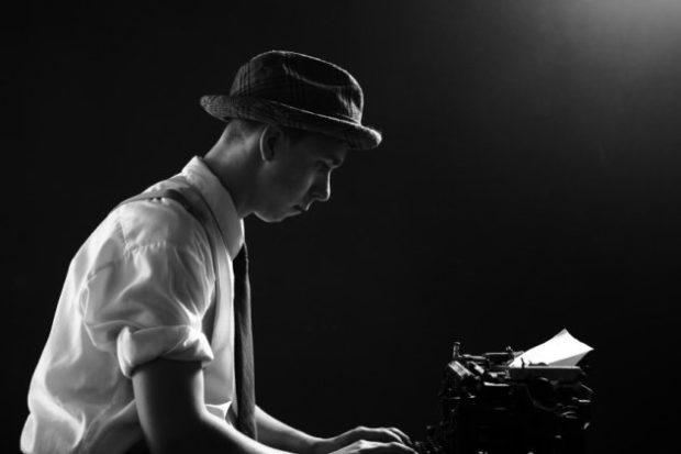 Мужчина за печатной машинкой