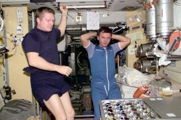 Астронавты внутри космического корабля