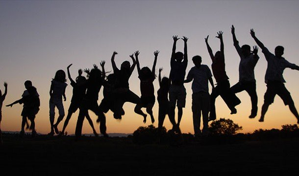 Группа людей в прыжке