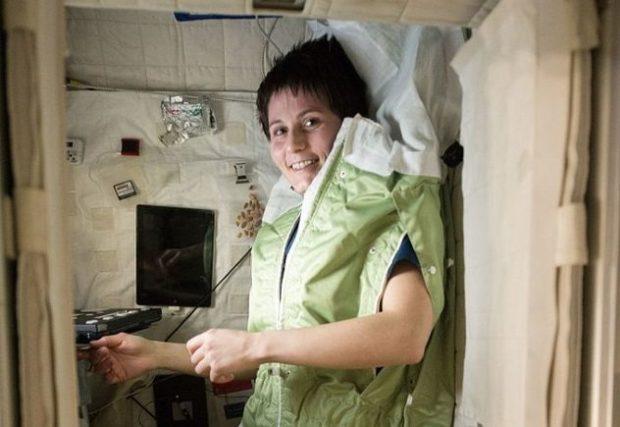 Космонавт в комнате отдыха