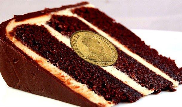 Кусок торта с монеткой