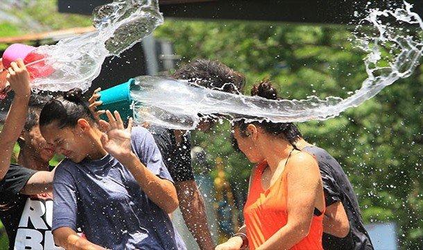 Люди, поливающие друг друга водой