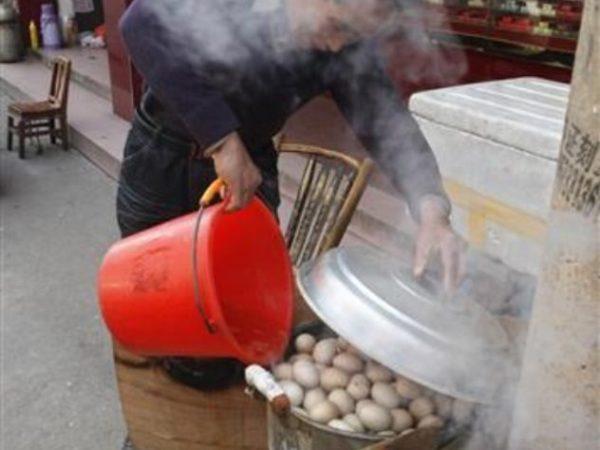 Мужчина варит яйца