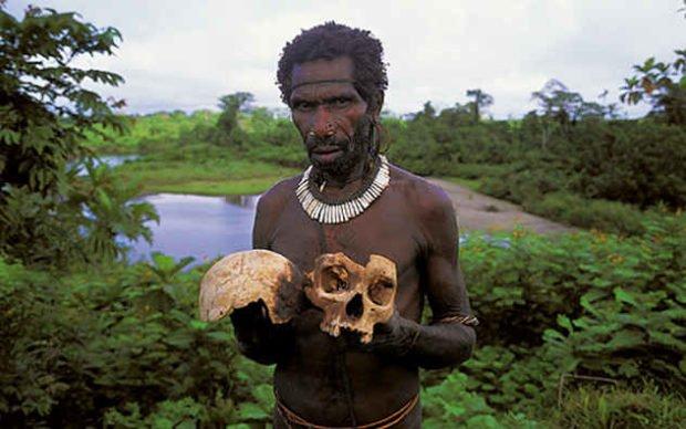 Чернокожий мужчина с черепом в руках