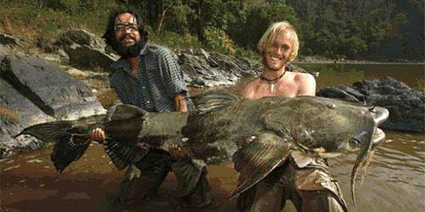 Двое мужчин держат огромную рыбу