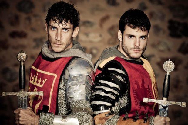 Двое мужчин в костюме рыцарей