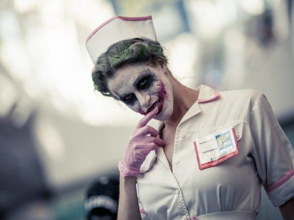 Медсестра с разрисованным лицом