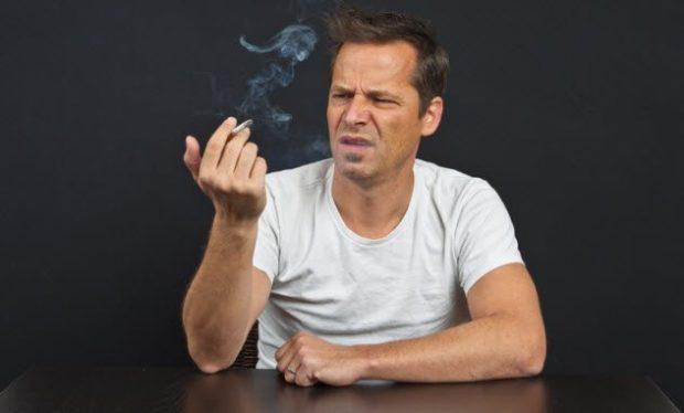 Мужчина с сигаретой в руках