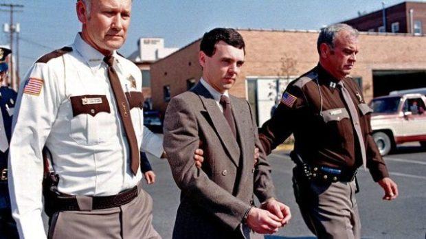 Полицейские ведут арестованного Дональда