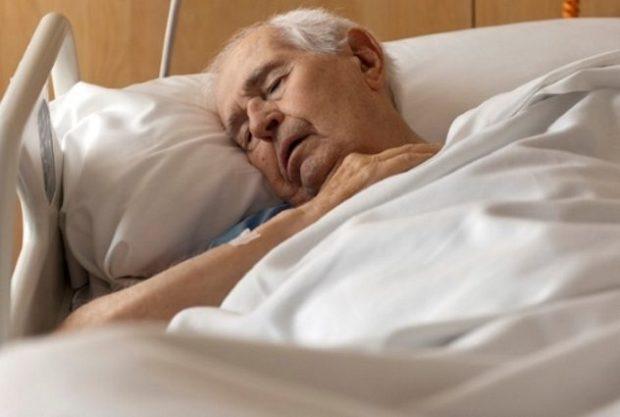 Пожилой человек на больничной койке