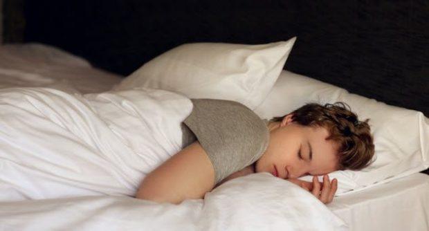 Спящий молодой человек